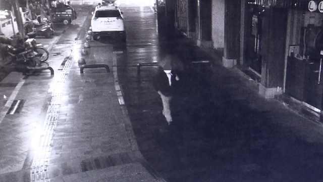 男子夜里背女包,民警一眼识破:窃贼
