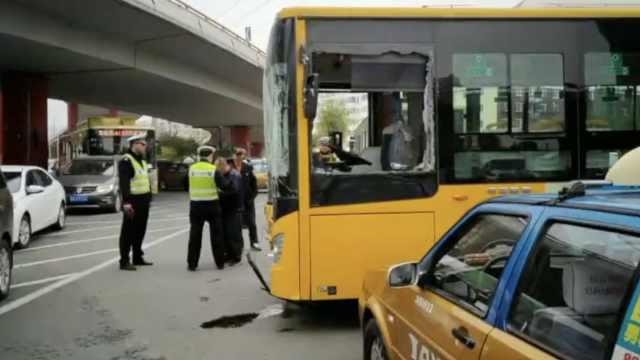 两公交相撞殃及出租车,12乘客受伤
