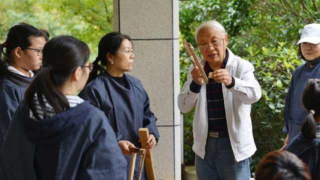70岁老人小区开木工班:老少都来学