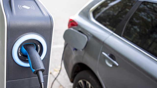 新型电池10分钟内给电动汽车充好电