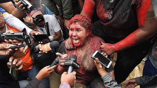 玻利维亚女市长被抗议者泼油漆游街