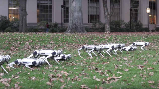 MIT機器狗亮相,集體后空翻踢足球