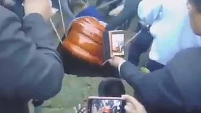惊悚!秘鲁市长下葬遗体被摔出棺材