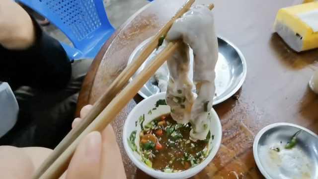 越南小卷筒酸辣开胃,美女1次吃十筒