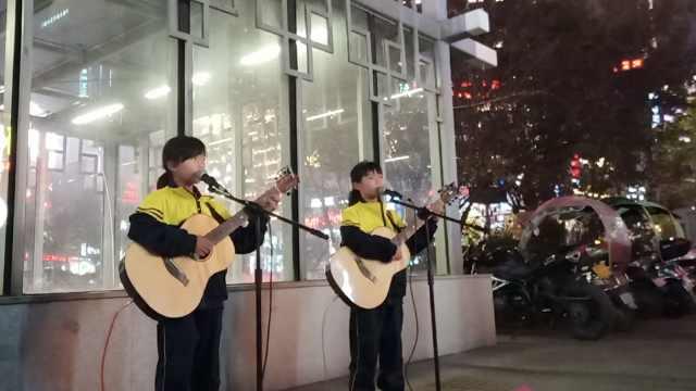 移动CD!孪生姐妹街边弹唱 «成都»