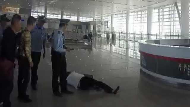 女子无票强闯高铁站被拦,躺地撒泼
