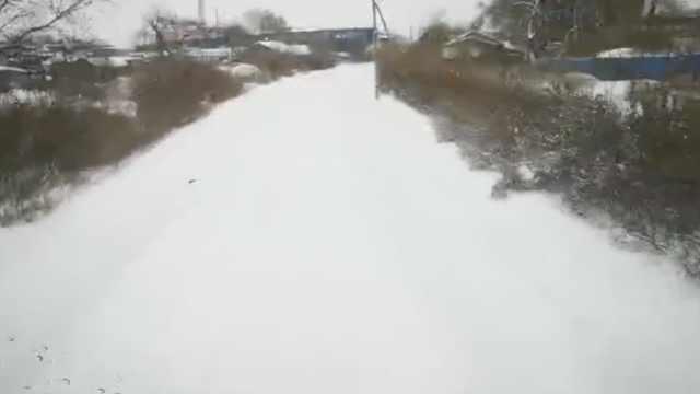 大雪覆盖铁轨,司机靠20年经验盲开