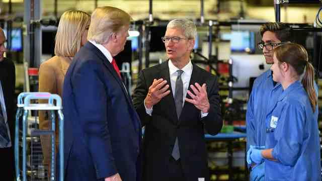 库克带特朗普参观苹果工厂