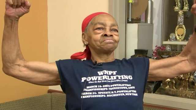 82岁老奶奶将28岁抢劫者打进医院