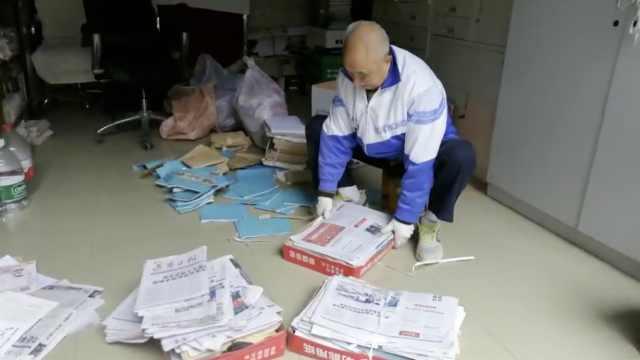 88岁老人拾荒14年,为村小捐2万册书