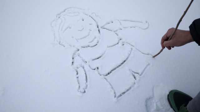 天然画板!美术生手脚并用雪地作画