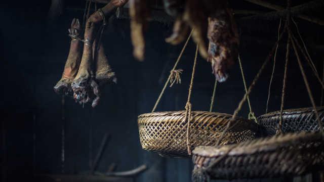 杀年猪了!老人杀猪炕腊肉等儿回家