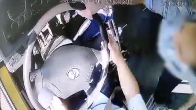 男子要求停车遭拒抢方向盘,获刑2年