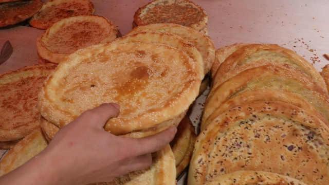 95后小伙成都卖烤馕,从新疆运烤箱