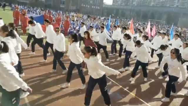 班主任带学生跳舞走红:爱带学生玩