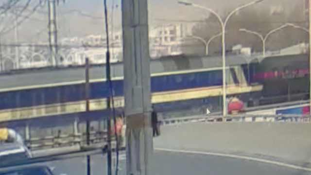 拖拉机撞入铁轨,火车满载油罐驶来