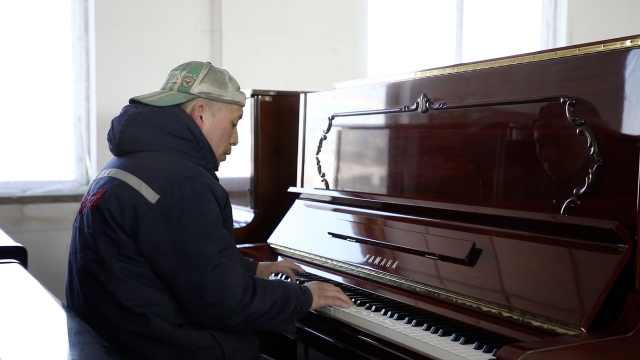 油漆工自学钢琴,不识谱能弹200首曲