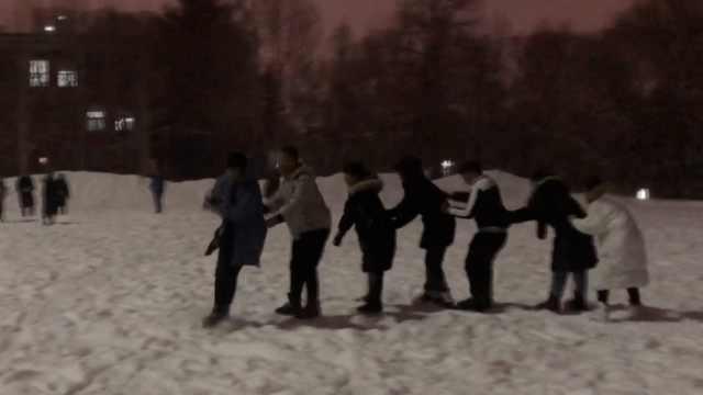 南方学生成冰场主角:为雪来的东北