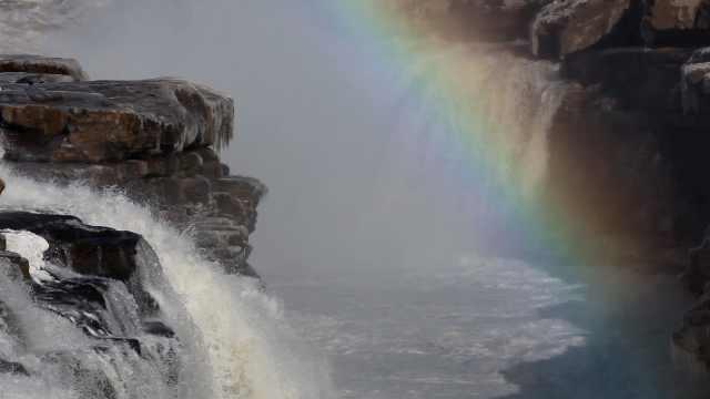 壶口瀑布现彩虹戏水,游客:美极了