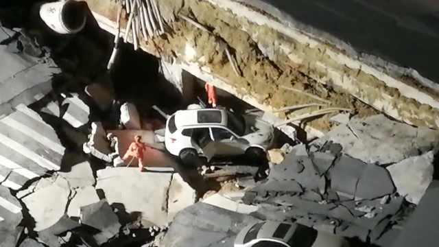 厦门塌陷2车陷入,车上人员自行撤…