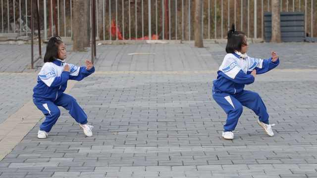9岁双胞胎姐妹练武,动作如复制粘贴