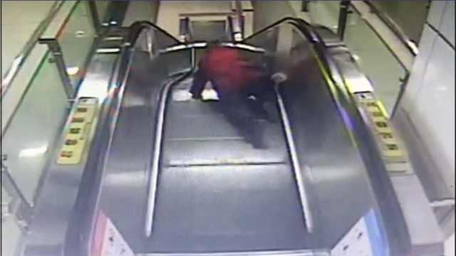 老人电梯摔倒,小伙瞬间跃闸机救人