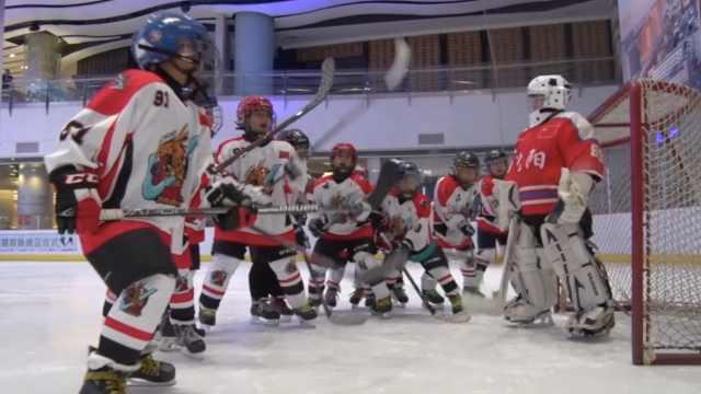 小学生冰球队冰场PK,年龄8到10岁