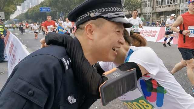 暖心!民警马拉松执勤偶遇参赛妻子