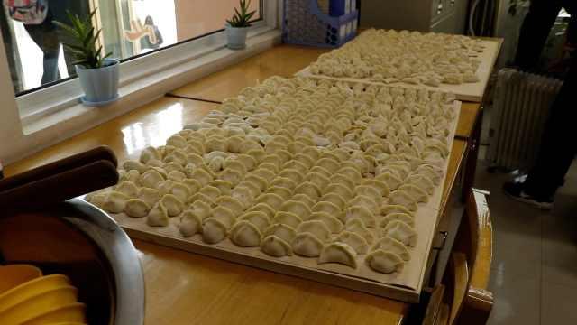 宿管员办饺子大赛,大学生温暖跨年
