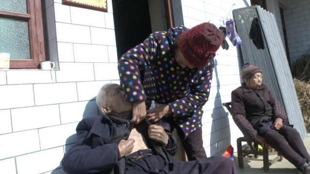 感动!老人扶养无血缘残疾姐弟65年