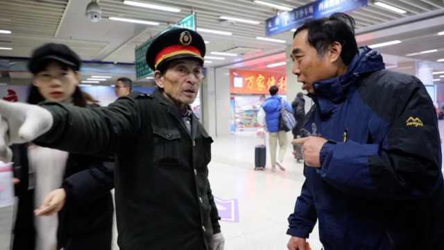 68岁爷爷火车站义务指路:昼夜都在