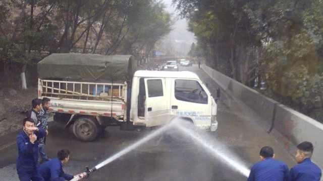 货车起火司机用嘴吹,归队消防秒灭