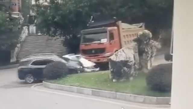 人平安!货车躲临停车,撞2车碾压1车