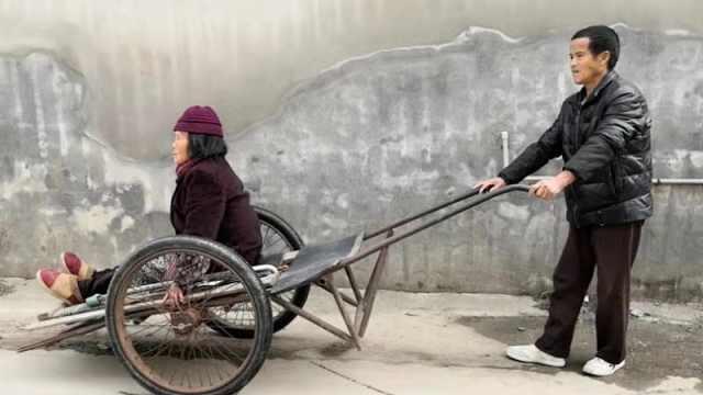 50岁儿子洗衣做饭,照顾73岁老母亲