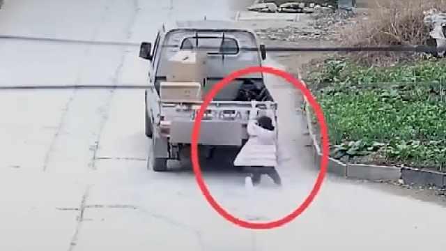 10岁女孩被小货车拖行数百米后摔倒