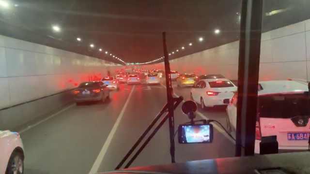 消防车出警遇拥堵,私家车纷纷让路