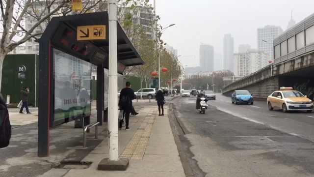 武汉因疫情封城,道路上车辆稀少