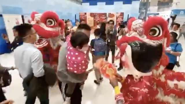 泰机场花式欢迎中国游客:舞狮送礼