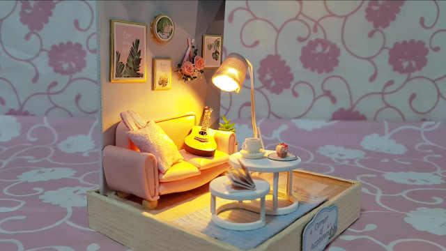 DIY迷你娃娃屋,灯光下的粉色沙发