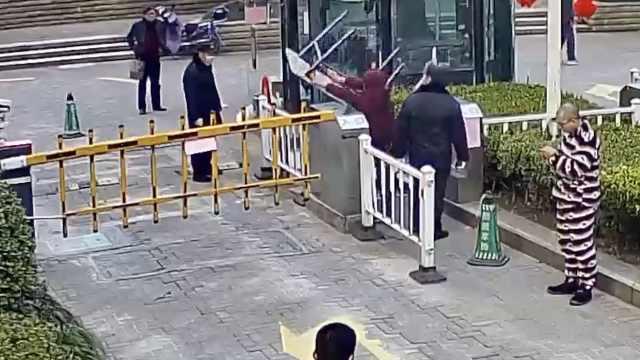 女子强闯小区,砸桌掀防疫公告被拘