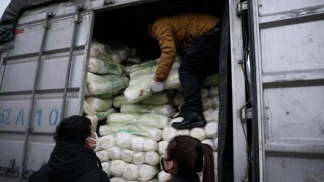 当不成志愿者,美女买2万斤菜送疫区