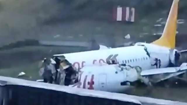 土耳其一客机冲出跑道,断成两截