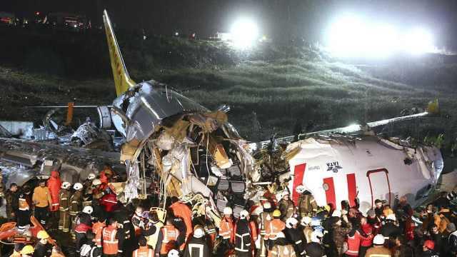 着陆瞬间!土耳其客机冲出跑道致3死