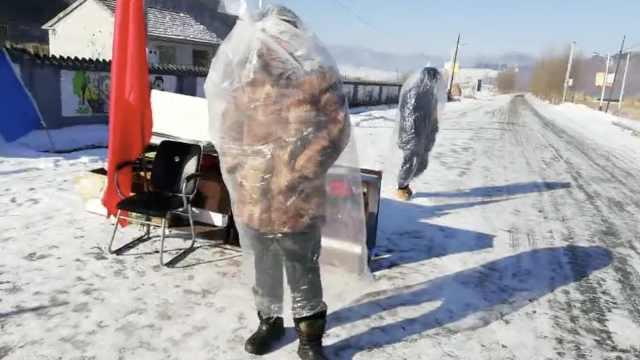 村支书塑料袋制防护服,带队守村口