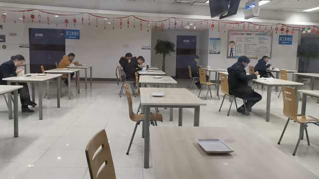 成都机场职工食堂1人1桌,宛如高考