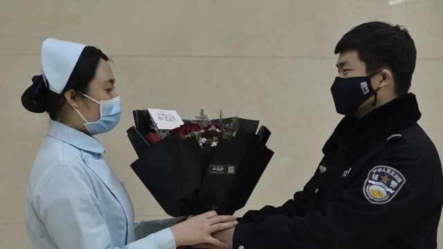 未婚妻支援隔离病房,他送钻戒求婚