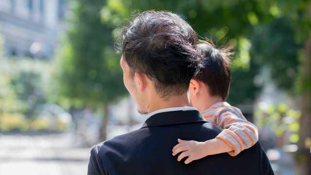 日本政府考虑提高育儿假补助金