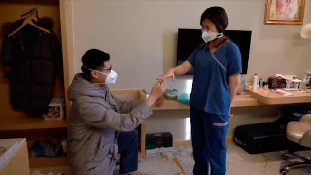 援鄂护士疫区求婚,用回形针做戒指