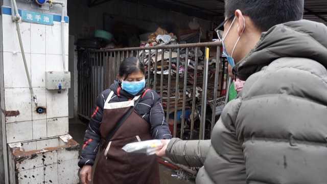 7旬卖菜奶奶网上求购口罩,分给同行