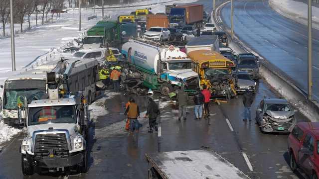 加拿大突发大型车祸,200辆车相撞